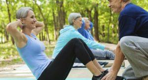 A osteoporose é uma doença caracterizada por baixa massa óssea e deterioração microarquitetural do tecido ósseo.